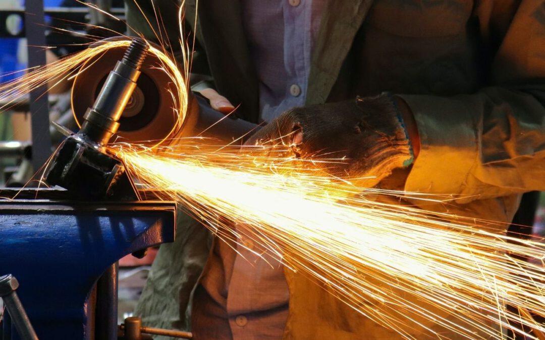 Man Cutting Iron (Bild: Xi Wang auf Unsplash)