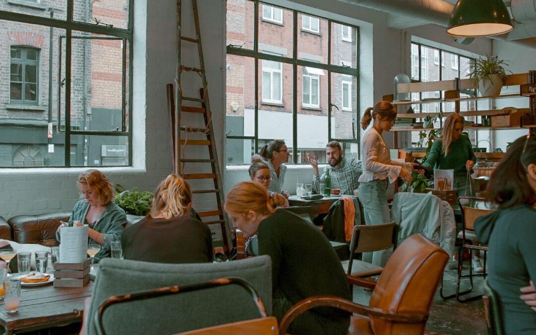 Café (Bild: Toa Heftiba auf Unsplash)