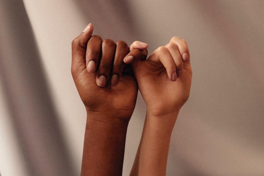 Person hand white with manicure (Bild: Womanizer WOW Tech auf Unsplash)